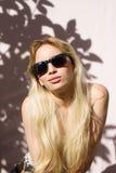 Blonde tragende Sonnenbrille, smilling, draußen Stockfotografie