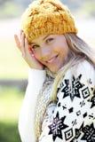 Blonde tragende Winterkleidung der jungen Frau Stockfotos