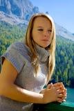 Blonde traurige Frau, die starkem Gefühl im Berg glaubt Stockfotografie