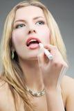 Blonde tunverfassung mit Verfassungssteuerknüppel Lizenzfreie Stockfotos