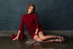 Blonde in un vestito rosso Fotografia Stock