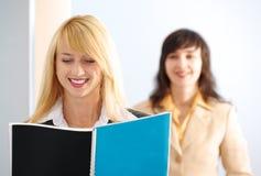 Blonde und Brunettefrauen im Büro Stockfoto