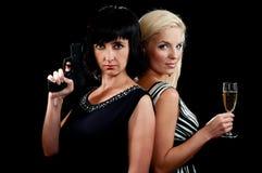 Blonde und Brunettefrauen unterstützen Stockfotografie