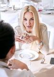Blonde und Brunettemädchen, die über letzte Nachrichten sprechen Stockbilder
