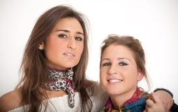 Blonde und Brunetteschwestern Stockfotografie