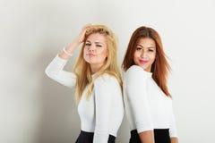 Blonde und dunkle Freunde zusammen Lizenzfreie Stockfotografie