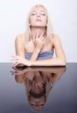 Blonde und reflektierende Tabelle Lizenzfreie Stockfotografie