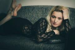 Blonde und schwarze Spitze Stockfotografie