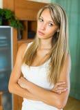 Blonde unglückliche Frau zu Hause Stockbild