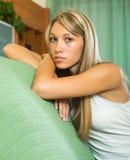 Blonde unglückliche Frau zu Hause Lizenzfreie Stockfotografie