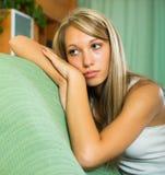 Blonde unglückliche Frau zu Hause Lizenzfreie Stockbilder