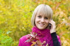 Blonde Unterhaltung auf einem Handy Lizenzfreie Stockfotografie
