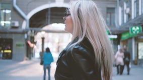 Blonde urbaine chic secondaire souriant tournant partir clips vidéos