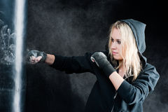 Blonde Verpackenfrau im schwarzen lochenden Beutel Stockfoto