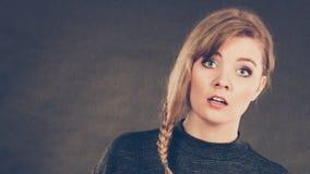 Blonde verwirrte erschrockene Frau Lizenzfreie Stockbilder