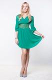 Blonde in vestito verde Immagine Stock
