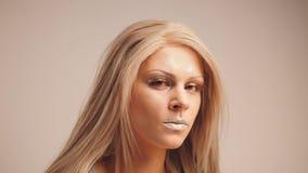 Blonde vorbildliche Aufstellung für Fotografen im Studio Stockfotos