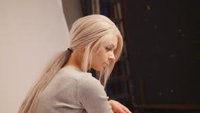 Blonde vorbildliche Aufstellung für Fotografen am Studio Lizenzfreies Stockfoto