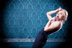 Blonde vorbildliche Aufstellung im blauen Weinleseraum Stockbilder