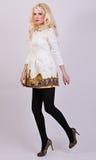 Blonde vorbildliche Aufstellung im eleganten Kleid im Studio Stockbilder