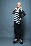 blonde vorbildliche Aufstellung im Studio Stockfotos