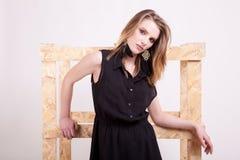 Blonde vorbildliche Aufstellungsmode im Studiofoto Lizenzfreie Stockfotografie