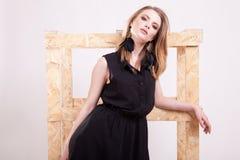 Blonde vorbildliche Aufstellungsmode im Studiofoto Stockbild