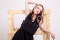 Blonde vorbildliche Aufstellungsmode im Studiofoto Stockbilder