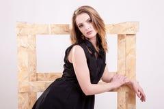 Blonde vorbildliche Aufstellungsmode im Studiofoto Stockfoto
