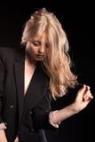 Blonde vorbildliche Frau, die in Mode Art auf schwarzem Hintergrund aufwirft Lizenzfreie Stockfotos