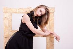 Blonde vorbildliche Frau, die Mode im Studiofoto aufwirft Lizenzfreies Stockfoto