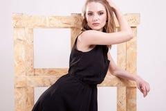 Blonde vorbildliche Frau, die Mode im Studiofoto aufwirft Lizenzfreie Stockbilder