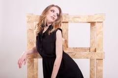 Blonde vorbildliche Frau, die Mode im Studiofoto aufwirft Lizenzfreies Stockbild