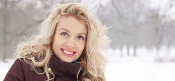 Blonde vrouw in de banner van het de winterlandschap stock afbeelding
