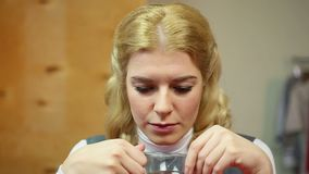 Blonde vrouw die emotionele pijn ervaren Frustratie en droefheid, melancholie stock footage