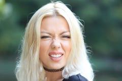 Blonde vrouw die gezicht maken royalty-vrije stock afbeeldingen
