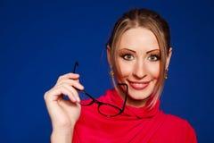Blonde vrouw die glazen draagt Stock Foto's