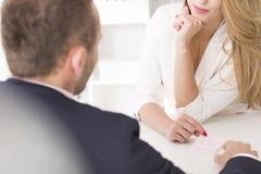 Blonde vrouw die haar werkgever verleiden