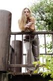 Blonde Vrouw die zich bij Spoor bevinden die neer eruit zien Royalty-vrije Stock Fotografie