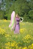 Blonde vrouw in een purpere kleding Stock Afbeelding