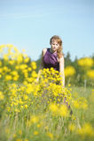 Blonde vrouw in een purpere kleding Royalty-vrije Stock Fotografie