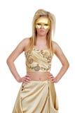 Blonde vrouw in goud met handen op heupen stock afbeeldingen