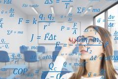 Blonde vrouw in klasse met formules, dubbel Stock Foto