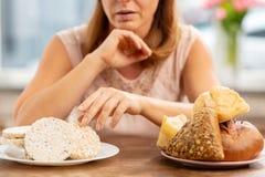 Blonde vrouw met allergie voor gluten die kernachtig weinig nemen stock afbeeldingen