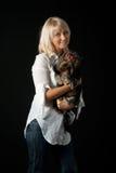 Blonde vrouw met de terriër van Yorkshire. Royalty-vrije Stock Fotografie