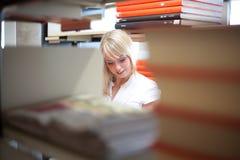 Blonde vrouw met een boek Stock Foto's