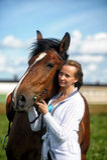 Blonde vrouw met een paard Stock Foto's