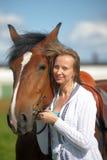 Blonde vrouw met een paard Royalty-vrije Stock Afbeeldingen