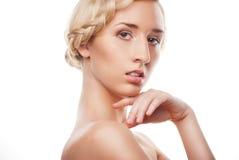 Blonde vrouw met kapsel met vlecht Stock Foto's
