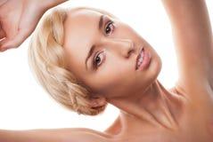 Blonde vrouw met kapsel met vlecht Royalty-vrije Stock Foto